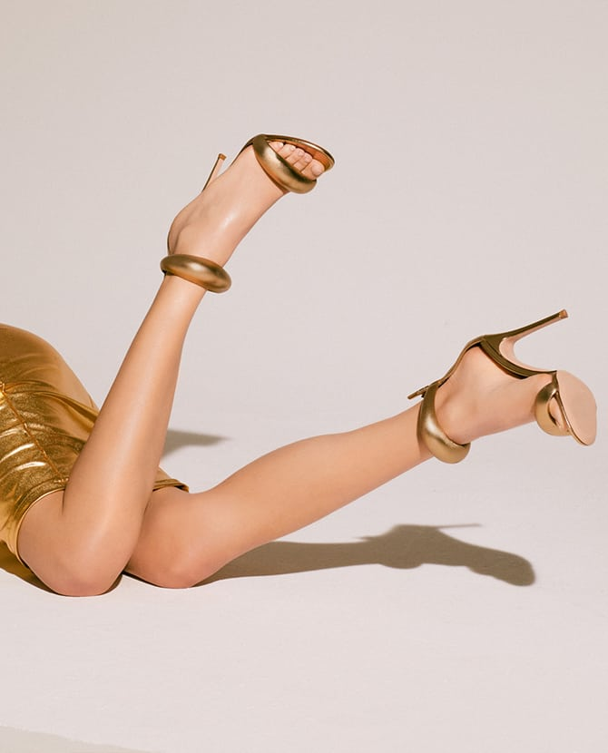 <strong>SUMMER SANDALS</strong>Style out the warm weather season with our fabulous collection of heeled & flat sandals.